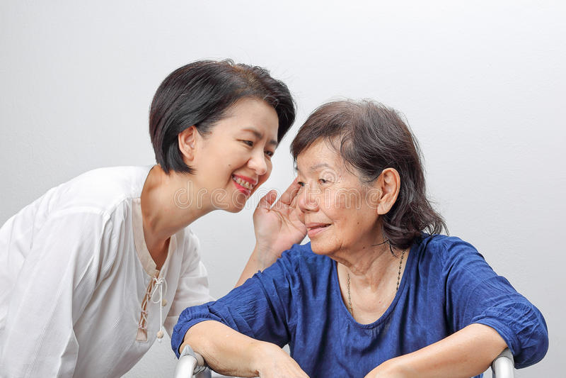 Asiatisk äldre kvinnautfrågningförlust som är lomhörd arkivbilder