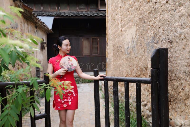 Asiatisk östlig orientalisk kinesisk kvinnaskönhet i röd cheongsam för traditionell forntida klänningdräkt i gammalt kulturmode f royaltyfri foto