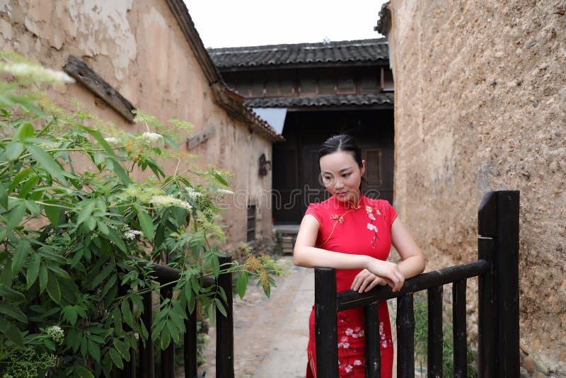 Asiatisk östlig orientalisk kinesisk kvinnaskönhet i röd cheongsam för traditionell forntida klänningdräkt i gammalt kulturmode f royaltyfria foton