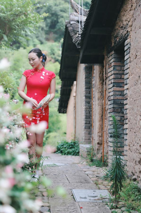 Asiatisk östlig orientalisk kinesisk kvinnaskönhet i röd cheongsam för traditionell forntida klänningdräkt i gammalt kulturmode f royaltyfria bilder