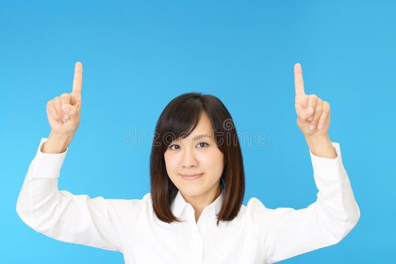 asiatisk affär som pekar kvinnan royaltyfri fotografi