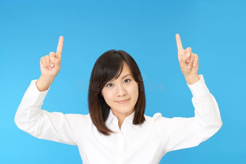asiatisk affär som pekar kvinnan fotografering för bildbyråer