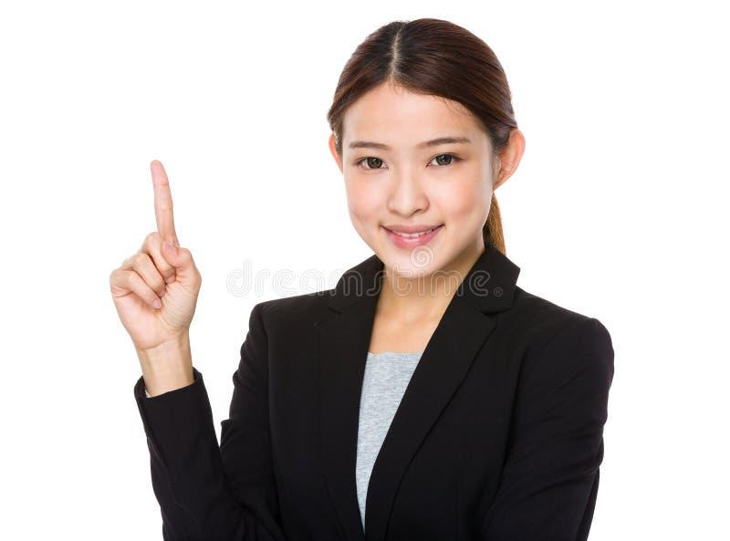 Asiatisk affärskvinna med fingret som pekar upp royaltyfria bilder