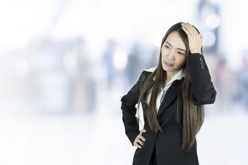Asiatisk affärskvinna med huvudvärk arkivbilder