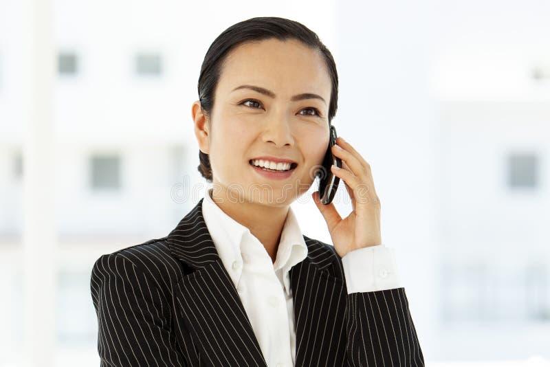 Asiatisk affärskvinna på telefonen royaltyfri fotografi