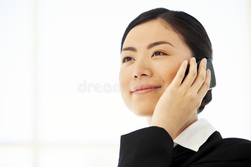 Asiatisk affärskvinna på telefonen arkivbilder