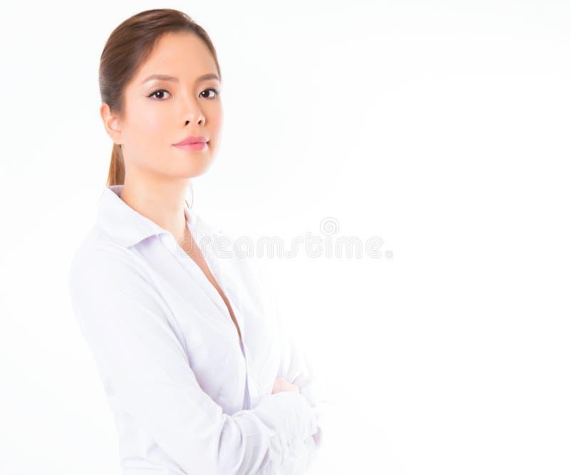 Asiatisk affärskvinna på vit bakgrund med kopieringsutrymme royaltyfri bild