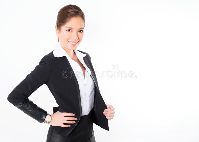 Asiatisk affärskvinna på vit bakgrund med kopieringsutrymme arkivfoto