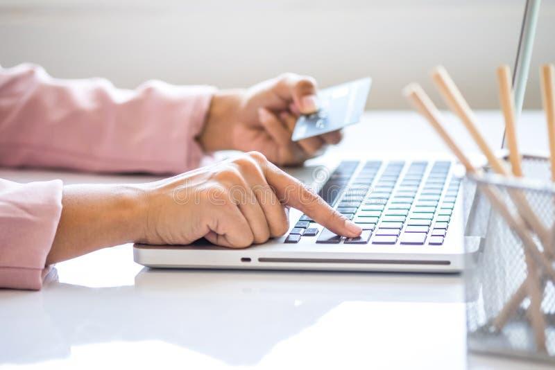 Asiatisk affärskvinna som använder bärbara datorn för online-shopping arkivfoto