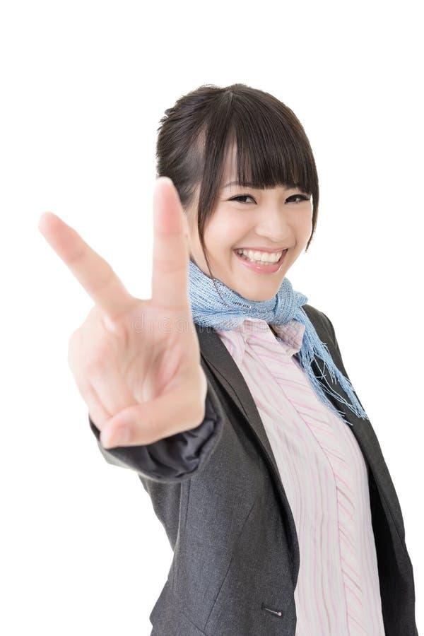 Asiatisk affärskvinna som visar en gest av fred royaltyfria bilder