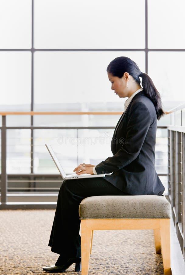 asiatisk affärskvinnabärbar datorworking royaltyfri foto