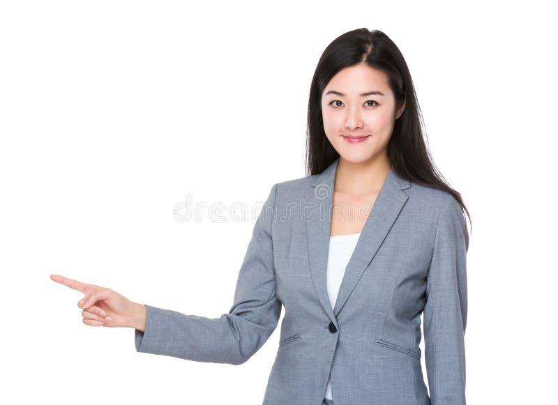 Asiatisk affärskvinnafingerpunkt som visar något royaltyfri fotografi