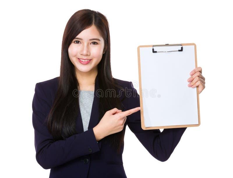 Asiatisk affärskvinnafingerpunkt till skrivplattan arkivfoton