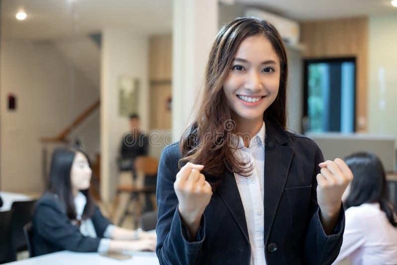 Asiatisk affärskvinnaframgång och vinnande begrepp - lycklig lagintelligens arkivbild