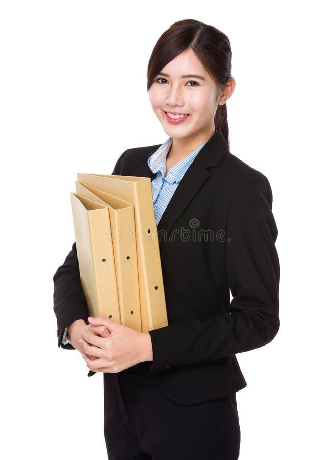 Asiatisk affärskvinnahåll med mappen royaltyfri fotografi