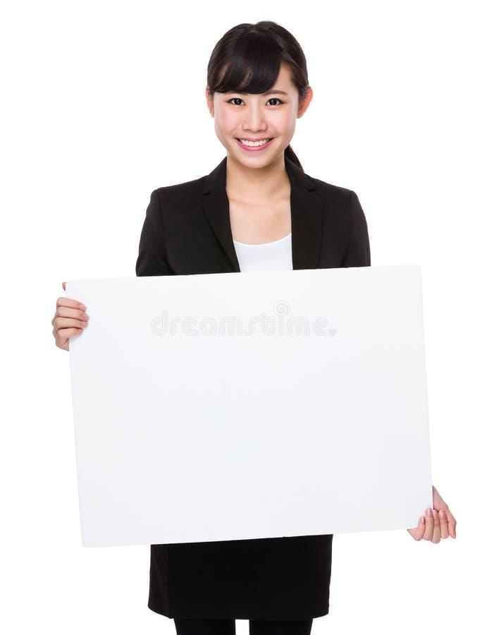 Asiatisk affärskvinnashow med det vita banret royaltyfri bild