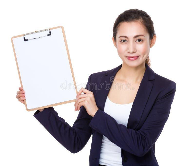 Asiatisk affärskvinnashowskrivplatta med den tomma sidan royaltyfri bild