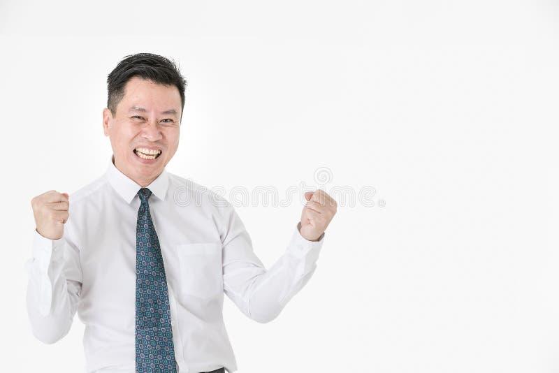 Asiatisk affärsman i den tillförordnade vinnaren för tillfällig skjorta som är gladlynt för com arkivbild