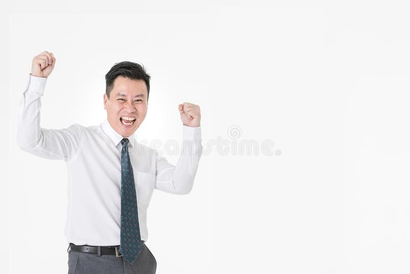 Asiatisk affärsman i den tillförordnade vinnaren för tillfällig skjorta som är gladlynt för com royaltyfri foto