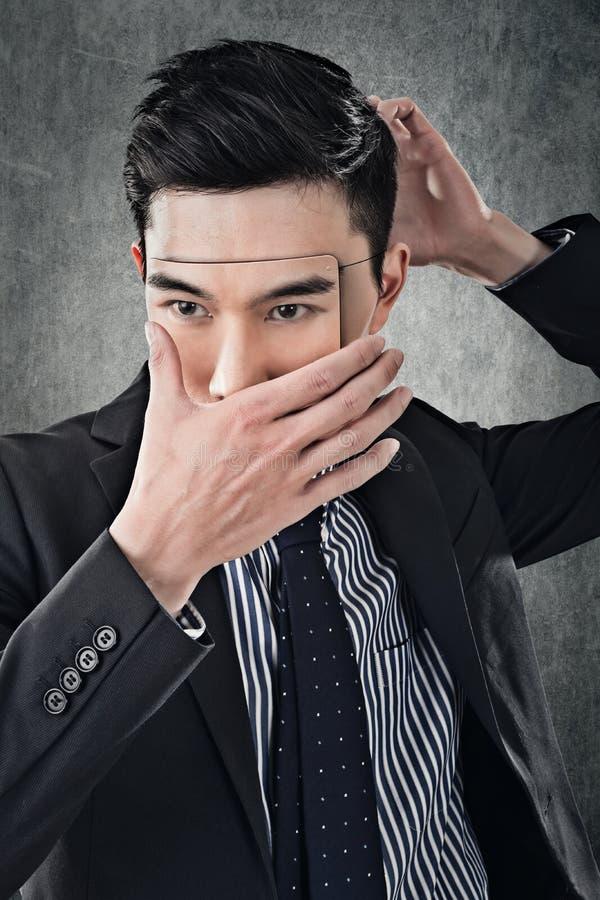 Asiatisk affärsman i maskering royaltyfri fotografi