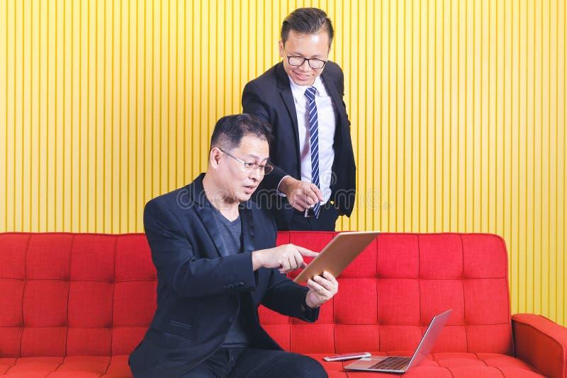 Asiatisk affärsman på kontoret royaltyfri foto