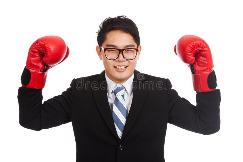 Asiatisk affärsman som är lycklig med den röda boxninghandsken arkivbilder
