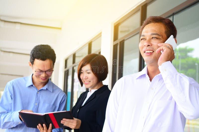 Asiatisk affärsman som tallking på telefonen royaltyfria foton