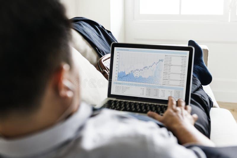 Asiatisk affärsman som tar avbrottet som lägger på soffan arkivbilder