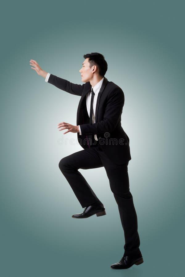 Download Asiatisk Affärsmanklättring Fotografering för Bildbyråer - Bild av askfat, bergsbestigare: 76700923
