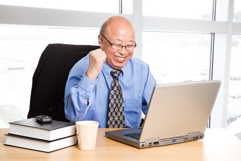 asiatisk affärsmanpensionärframgång royaltyfri bild