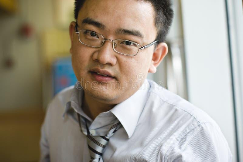 asiatisk affärsmanstående arkivbild