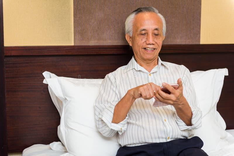 asiatisk affärsmantelefon royaltyfria foton