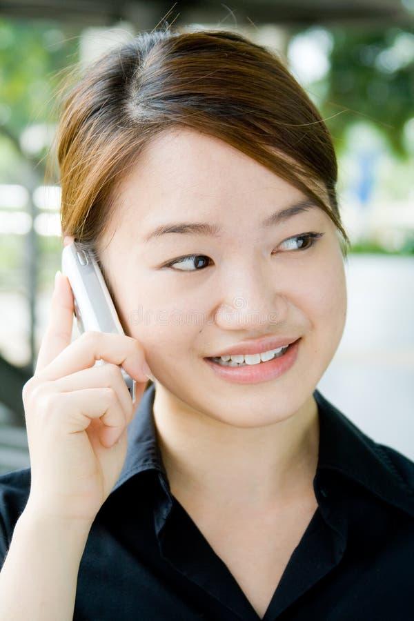 asiatisk affärstelefonkvinna arkivfoto