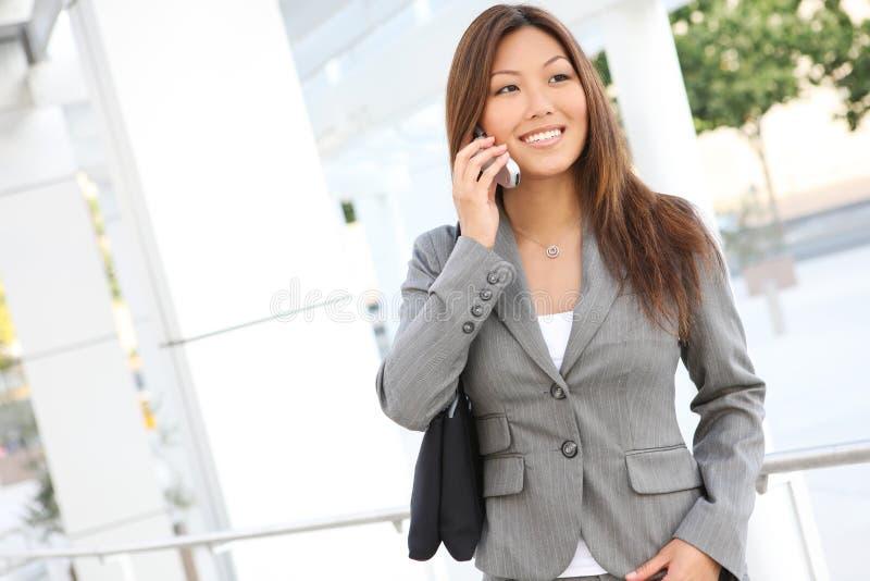 asiatisk affärstelefonkvinna royaltyfri foto