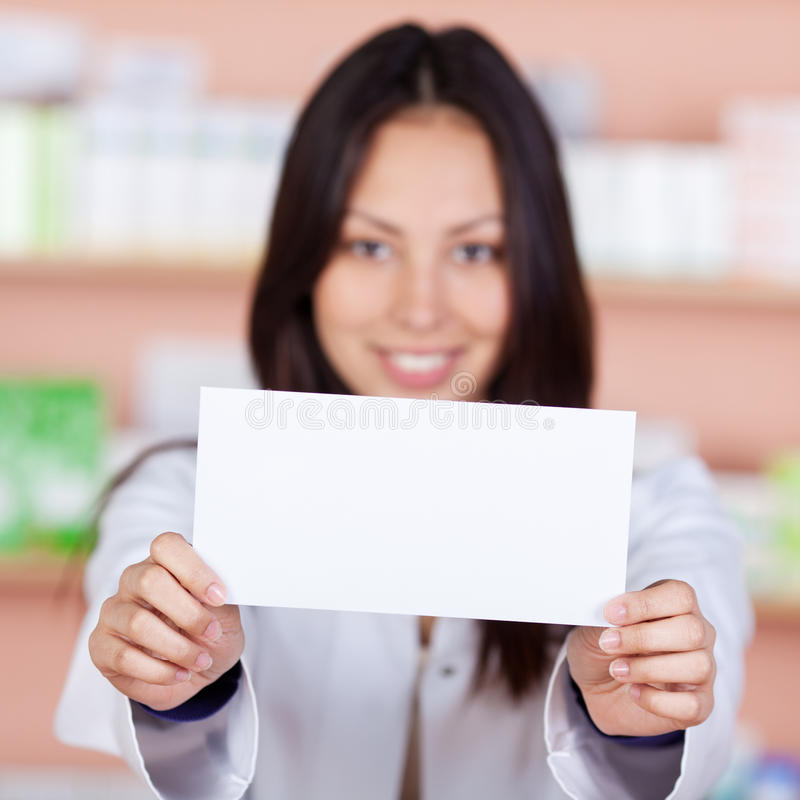 Asiatisk apotekare som visar vitbok arkivfoto
