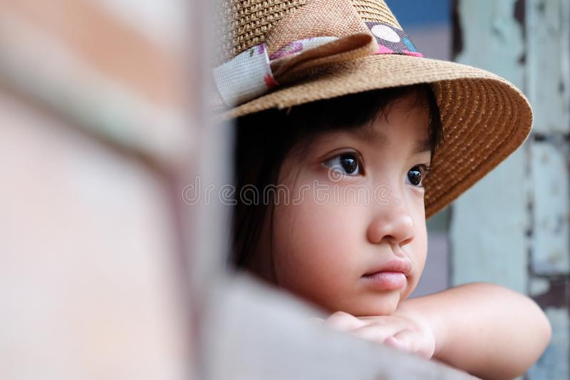 Asiatisk barnflicka i ett ensamt lynne arkivfoton