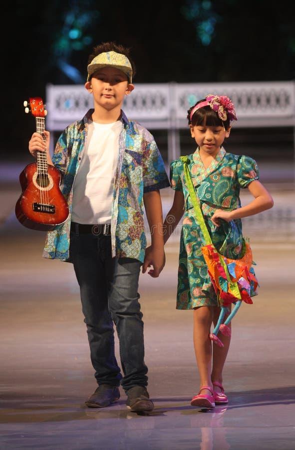 Asiatisk barnmodell på modeshowlandningsbanan arkivbilder