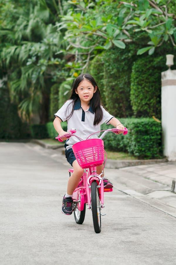 Asiatisk barnridningcykel royaltyfri bild