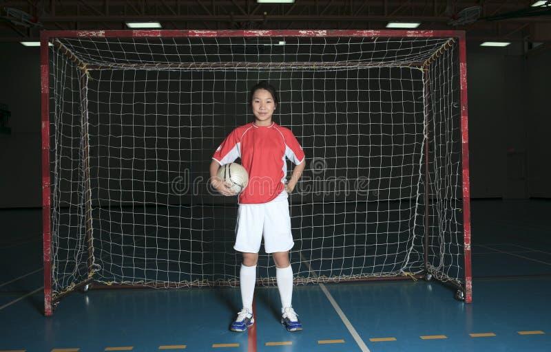 Asiatisk basketspelare i gymnasefält royaltyfri fotografi