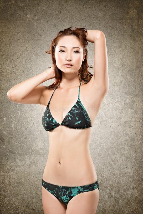 Asiatisk bikinikvinna arkivbilder