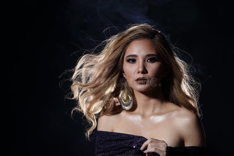 Asiatisk blond våghårkvinna, öppna skuldror för stående med purpl royaltyfria foton