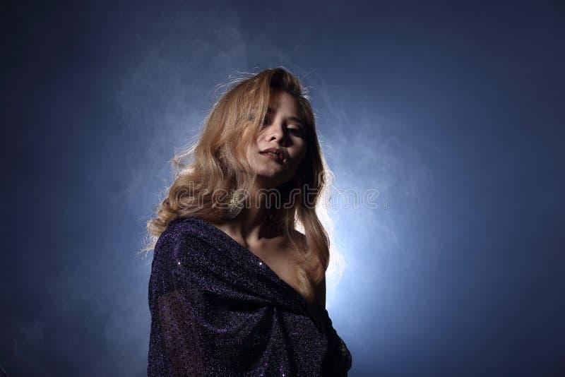 Asiatisk blond våghårkvinna, öppna skuldror för stående med purpl royaltyfri foto