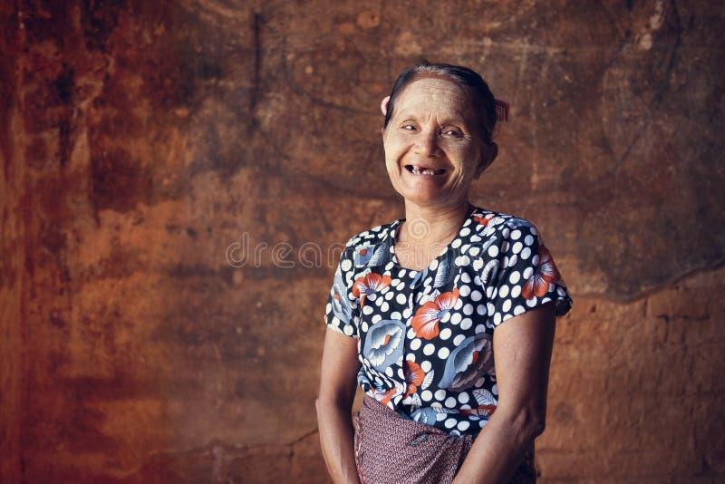 Asiatisk Burmese kvinnastående arkivfoto