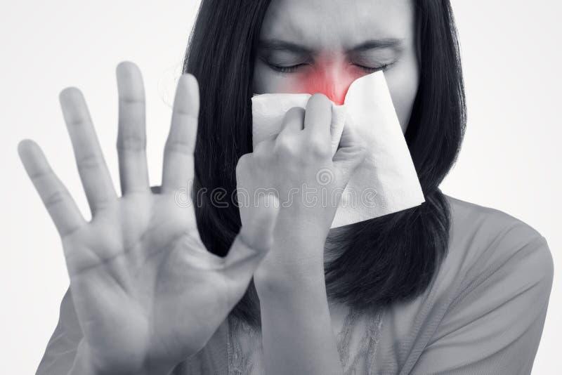 Asiatisk caucasian kvinna med influensa arkivfoto