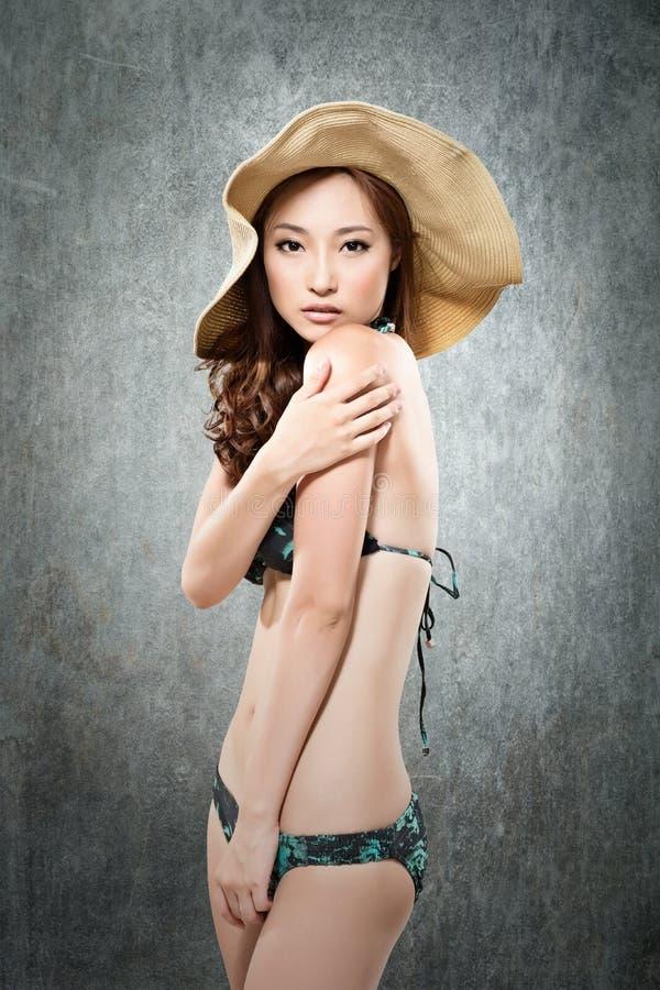 Asiatisk dam i bikini fotografering för bildbyråer