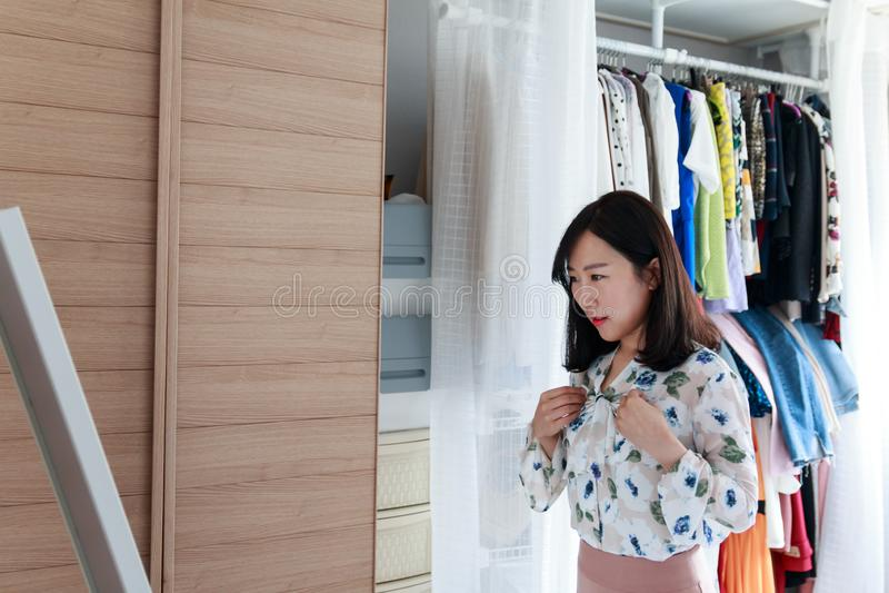 Asiatisk dam som får klar att gå ut framme av spegeln arkivbild