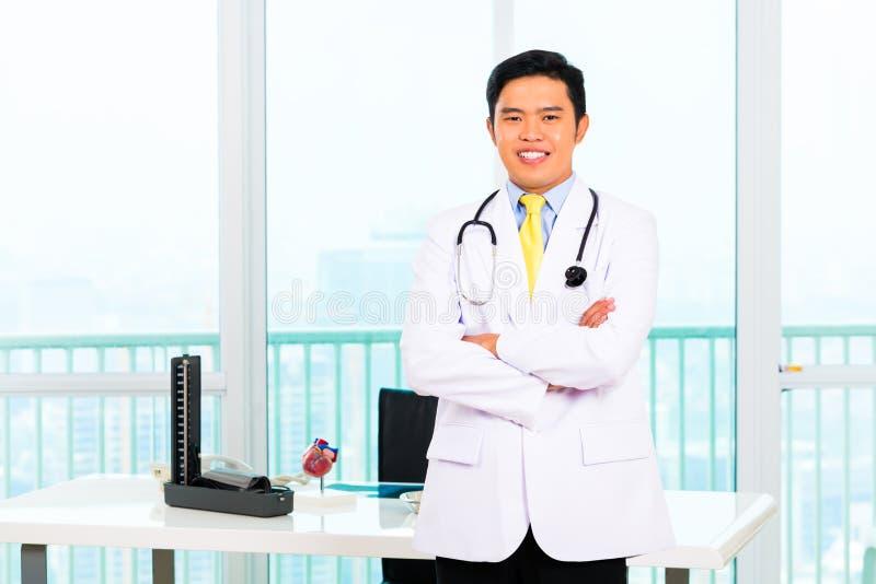 Asiatisk doktor i regeringsställning eller medicinsk kirurgi arkivbilder