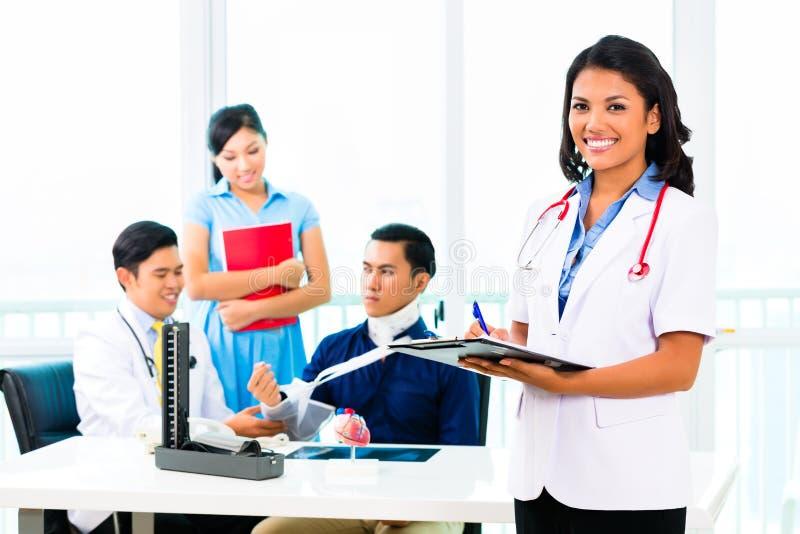 Asiatisk doktorskontroll-upp på patient royaltyfri bild
