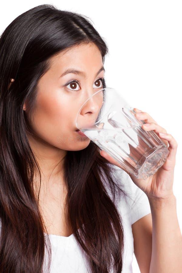 asiatisk dricksvattenkvinna royaltyfri fotografi