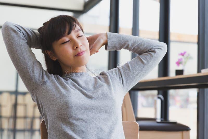 asiatisk elasticitet för flicka för flickastudent själv, ut når att ha vaknat upp arkivfoto